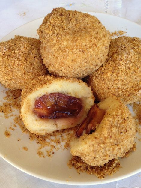 Hungarian plum dumplings (Szilvásgombóc) can be eaten as dessert, a meatless main dish or side dish. A family favourit and children's delight. Potato dumplings stuffed with plums & cinnamon sugar and rolled in breadcrumbs. Recipe Ingredients for 4 people: For the dumplings: 500