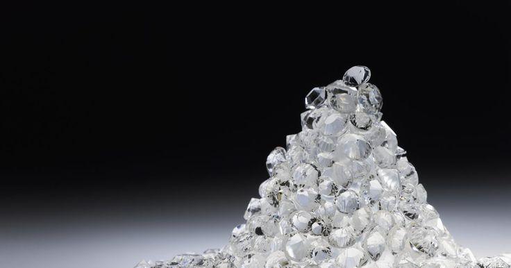 """¿Qué es la rotura de un diamante?. La palabra """"diamante"""" proviene de la antigua palabra griega que significa """"inquebrantable."""" Técnicamente, los diamantes no son irrompibles, pero son muy duros. Los diamantes están en los anillos de compromiso, ya que son un símbolo de la resistencia. Aparte del valor de los diamantes en la joyería, estas piedras tienen aplicaciones prácticas en la ..."""