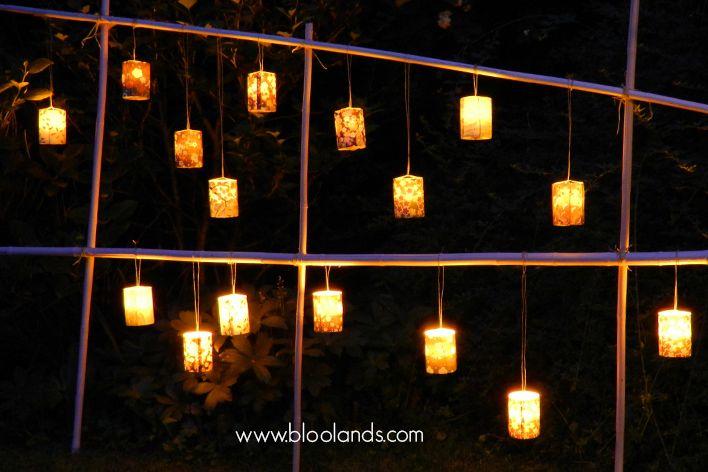 Pour votre jardin ou votre mariage, un soir d'été. Quoi de plus agréable que les photophores led de Bloolands suspendus à des bambous plantés au sol ?