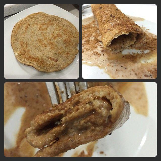 Crepa de linaza!! La crepa lleva 2 claras + 3 cucharadas de harina de linaza ( linaza molida) + 1/4 de cucharadita de polvo para hornear + 4 gotas de extracto de almendras. Lo batí todo y lo hice como un gran hotcake y listo!! El relleno y cubierta: 1 porción de proteína de vainilla + 1 cucharada de canela + 4 gotas de stevia ( también podrías rellenar de mantequilla de almendras y queda espectacular, solo que hoy yo no tenía). Esta delicioso, mata muchis de dulce, alto en proteínas, muy…