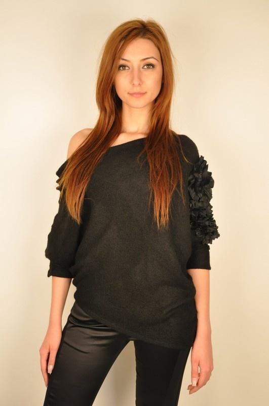 Bluza neagra cu aplicatie pe umar