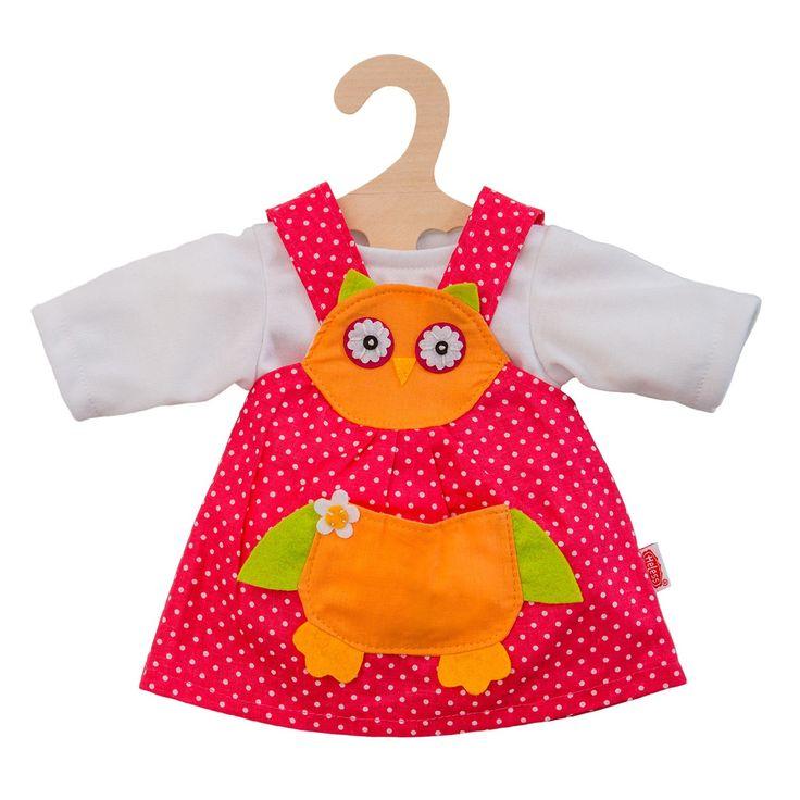 Geef je pop een speelse look met deze poppenjurk van een uil. De rode gestipte jurk heeft stiksels van een uil op de voorzijde en een wit ondershirt. Dankzij het klittenband aan de achterzijde is het ondershirt eenvoudig aan en uit te trekken. De poppenjurk is geschikt voor poppen van 28 tot 35 cm groot. Inclusief houten kledinghanger. Afmeting: geschikt voor poppen van 28 - 35 cm - Poppenjurk Uil, 28-35 cm
