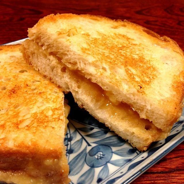 エルビス・プレスリーが大好物だった高カロリーサンドウィッチ(笑)です。 - 12件のもぐもぐ - グリルド・ピーナッツバター&バナナサンドイッチ by うるるとら