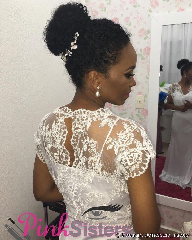 20 penteados para noivas de cabelo crespo e cacheado que não querem alisar os fios para o casamento