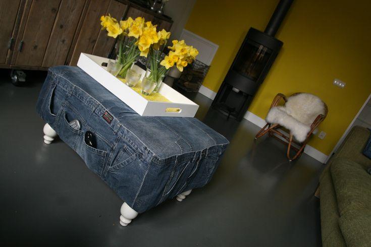 De bovenkanten van bewaarde spijkerbroeken gebruikt voor de zijkant, Op deze manier kunnen de zakken gebruikt worden voor de afstandsbedieningen.