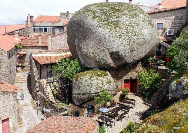 Monsanto, une ville construite entre les rochers, au Portugal, a résisté à l'épreuve du temps depuis le début de l'âge de pierre