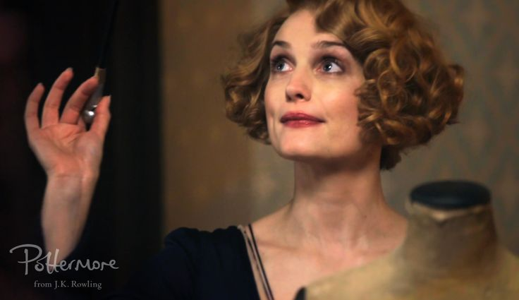 Did you notice Tina Goldstein's incredible coat in the latest 'Fantastic Beasts' featurette? What about Queenie's beautiful peachy dress? For the first time, Colleen Atwood talks about her vision of witch fashion in the 1920s.