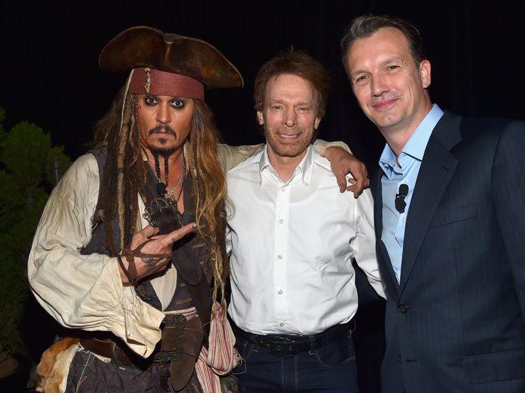 """""""Fluch der Karibik"""" hat alles, was wir uns von richtig gutem Popcorn-Kino erwarten: Attraktive Helden, eine gute Story, traumhafte Kulissen, etwas Grusel und grandiose Effekte. Und """"Fluch der Karibik"""" hatJohnny Depp aka Captain Jack Sparrow. Mehr braucht man dazu nicht sagen.Oder doch: Teil eins ist natürlich der beste, aber auch die anderen drei Teile sind super. Piratenfilm deluxe! Unbedingt anschauen!"""