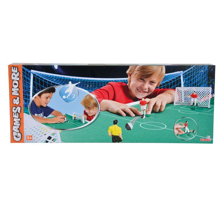 Games & More World Cup Kicker. Loop met de veldspeler door het veld, met behulp van het klikmechanisme kan je de bal wegschoppen. Probeer vervolgens met de verschuifbare keeper de bal tegen te houden. Afmetingen: voetbalveld 75 x 48 cm. - Games and More World Cup Kicker