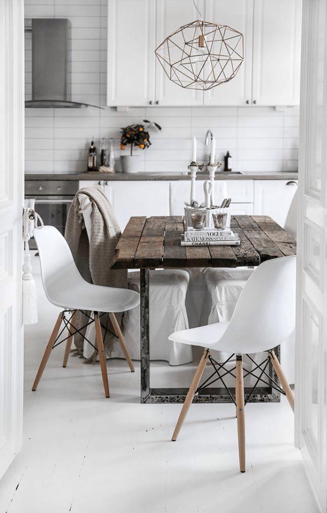 Tavolo ricavato da vecchie assi di legno