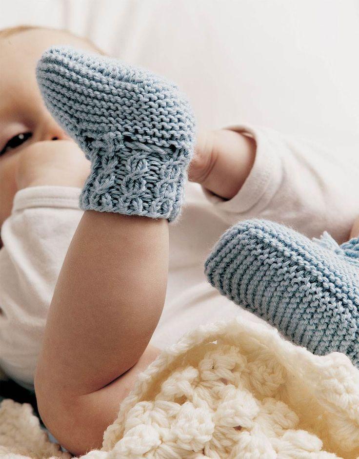 Skønne hjemmestrikkede sokker til baby.