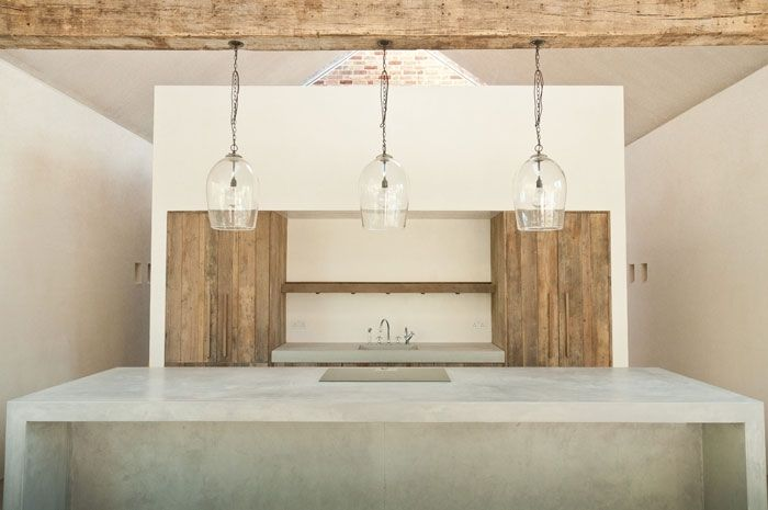 simple moroccan plaster interior - A rustic barn-inspired space encompassing a natural palette of materials and simple, earthy tones and textures. Tadelakt plaster was the natural choice for the majority of the wall finishes.