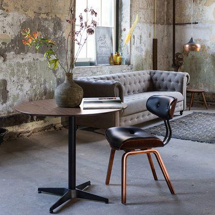 Lækker formspændt stol med overflade af valnøddetræ, skumhynderne er betrukket med rengøringsvenligt sort kunstlæder.  Stolen måler 78 cm til toppen af ryggen, er 55,5 cm bred, 51 cm dyb. Sædehøjden er 49,5 cm og sædedybden 42 cm  Kan anbefales som spisestuestol, eller blot som en ekstra stol i et hjørne, hvor den kan lyse op.