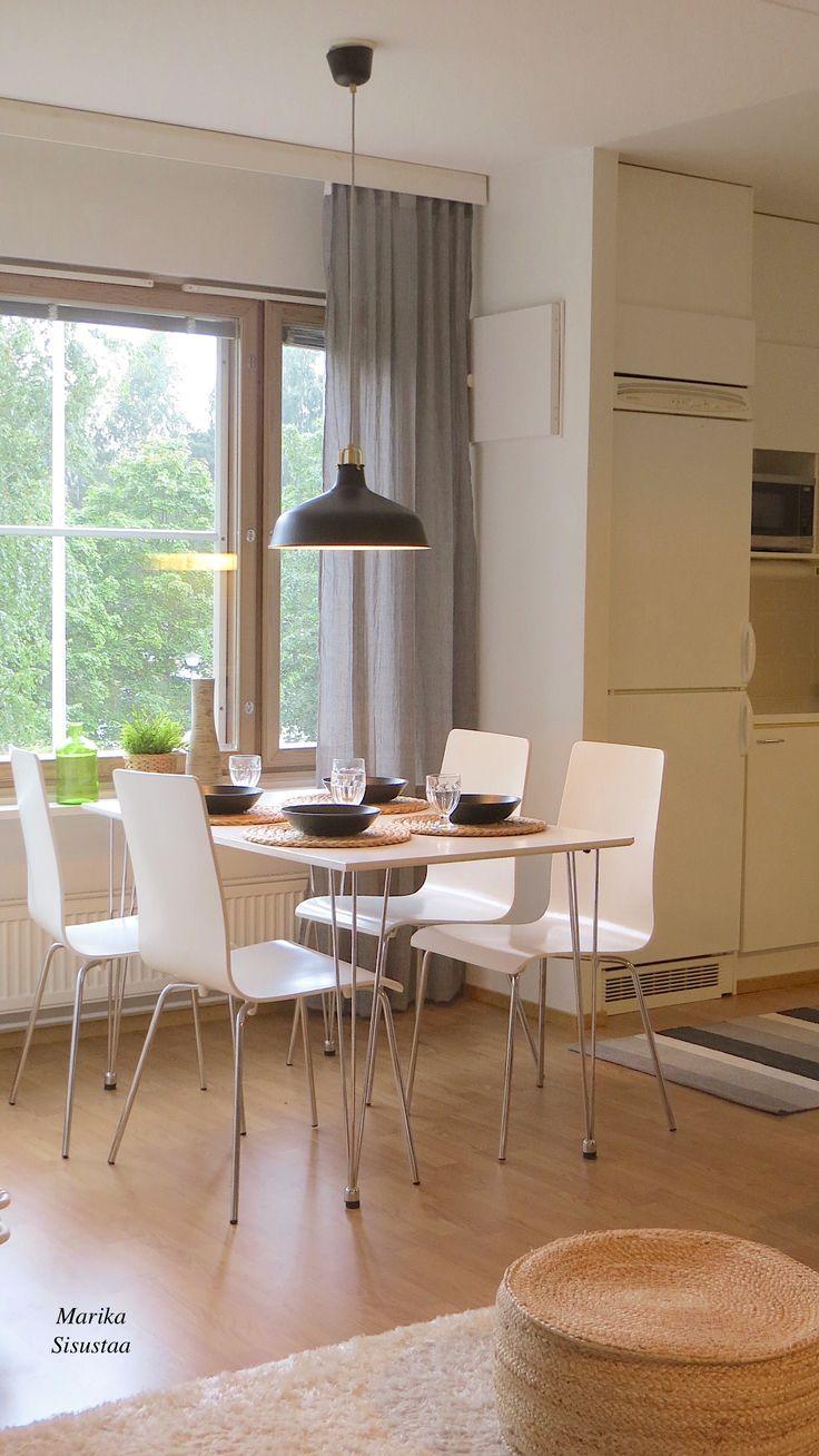 Valkoinen skandinaavinen keittiö. Ruokailutila, vaalea, valkoinen.