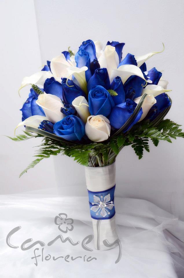 Bouquet diseñado por Novias Camely, elaborado con rosas azules (pigmentadas con tinte vegetal), con ivory, cartuchos, margaritas, mango cubierto totalmente y con pedrería principal. Escríbenos a novias@camelyfloreria.com