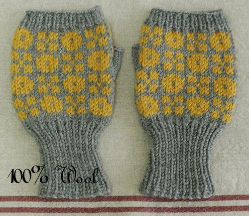 北欧風 編みこみミトン 手袋 ハンドメイド 手編みWool 100% の編みこみミトン手袋。表と裏で違う模様が編みこまれています。指先がオープンなので、手袋を...|ハンドメイド、手作り、手仕事品の通販・販売・購入ならCreema。