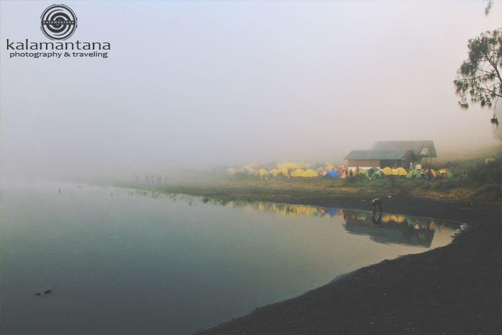 Jam 6.00 pagi, Ranu Kumbolo masih tertutup oleh kabut tebal