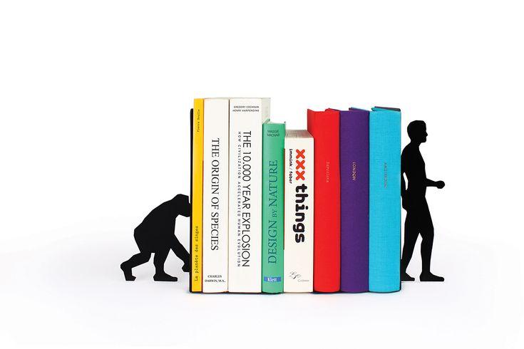 Un sujeta libros inspirado en la evolución. Por un lado un mono. Y por el otro... El Homo Sapiens. Quedará genial en tu estantería.
