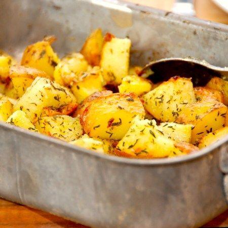 Lækre og rustikke ovnkartofler, der laves af bagekartofler. Skær kartoflerne i tern, og vend dem med olie og timian, inden de steges en halv time i ovnen. Foto: Guffeliguf.dk.