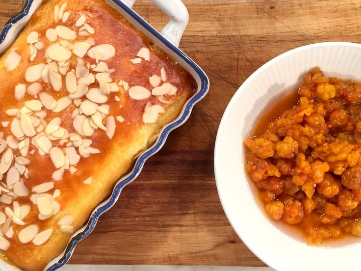 Varm getostkaka med mandel och hjortron | Recept från Köket.se