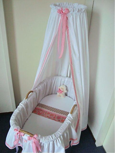 Door het bescheiden roze kleuraccent is de wieg een mooie plek geworden voor een baby-meisje wat binnenkort geboren gaat worden! Bibiana Wiegbekleding… om van te dromen! Zie www.bibianawiegbekleding.nl