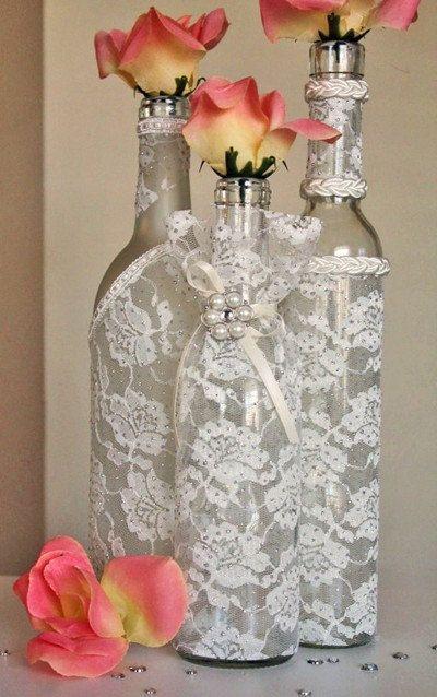 Garrafinha toda decorada com renda combina com decoração de casamento