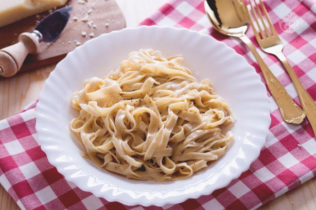 Le fettuccine Alfredo sono un primo piatto di pasta fresca semplice ma molto famoso, condito con abbondante burro e Parmigiano,  veloce da preparare.