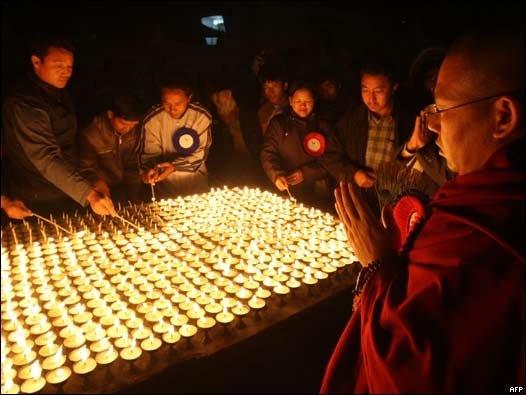 Activistas por los derechos de los animales encienden velas de mantequilla durante una manifestación en las afueras de Katmandú,Nepal. Los participantes protestan en contra del sacrificio masivo de búfalos, cabras y gallinas que se realizará a finales de noviembre (2009), siguiendo la quinquenal festividad hindú del Gadhimai. (Fuente http://tinyurl.com/yguukfs)
