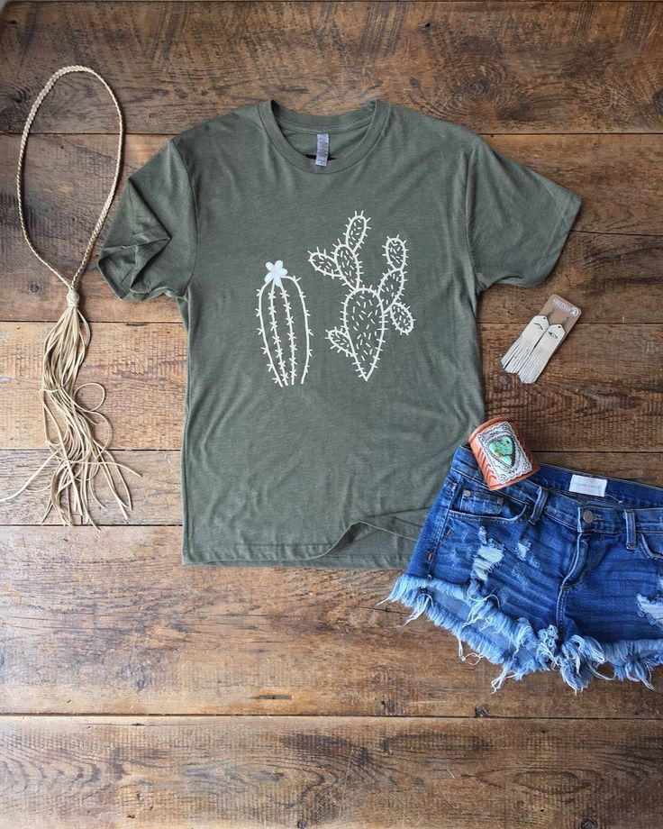 There's no such thing as too much cacti in a cowgirl's life! Loving this tee! #savannahsevens #savannah7s #cacti #cactus