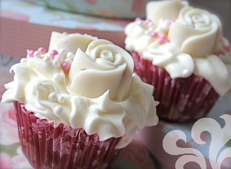 Rosencupcakes med smak av jordgubbar och vit choklad.