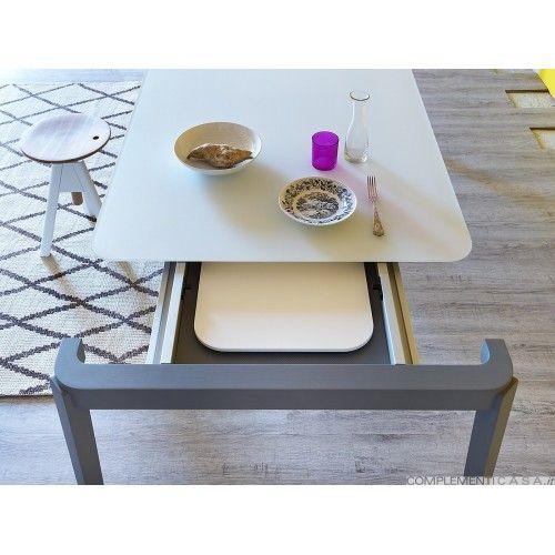 Il tavolo Tino è perfetto da abbinanre alle sedie Tina o poltroncine Tina XL; è un tavolo da pranzo in massello di legno naturale o tinto all'anilina. Fisso o allungabile ha finiture accurate, il piano è disponibile anche in vetro satinato