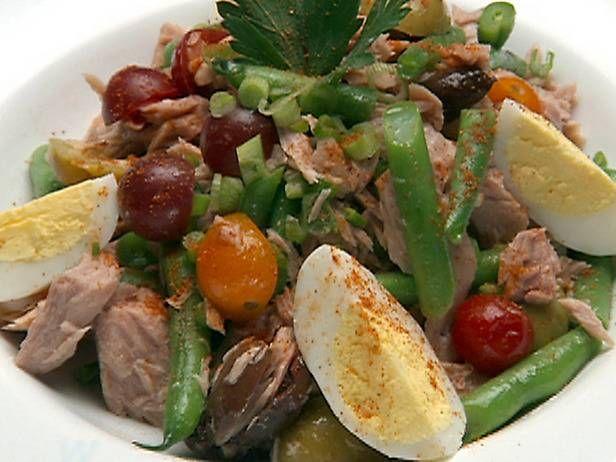 Salade Niçoise recept, mijn variatie:  125 gr forelfilets,  handvol sardientjes uit blik uit gelekt,  50 gr uitgebakken spekjes afgekoeld, pijnbomen geroosterd, gr witte ui, gehalveerd en dun gesneden, karameliseren met peper en knoflookpoeder, peterselie en dragon (Iets warm toegevoegd bij de salade). Bij de dressing heb ik peterselie ipv basilicum gedaan en honing toegevoegd. Bij de komkommer heb ik de zaadlijsten verwijderd, zo ook bij de gewone tomaten. Heerlijke variatie. PS; ik heb de…