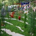 Ce jardin enchevêtre l'artifice et le naturel, d'une part, l'artifice par les sculptures en grillage à poules et trois ibis rouges, d'autre part, le naturel par les végétaux et le sol.  La disposition des petites sculptures en forme d'œuf sous forme de trame traduit l'ordre du processus conceptuel. Elle dialogue avec la disposition plus aléatoire des végétaux et le travail du sol.