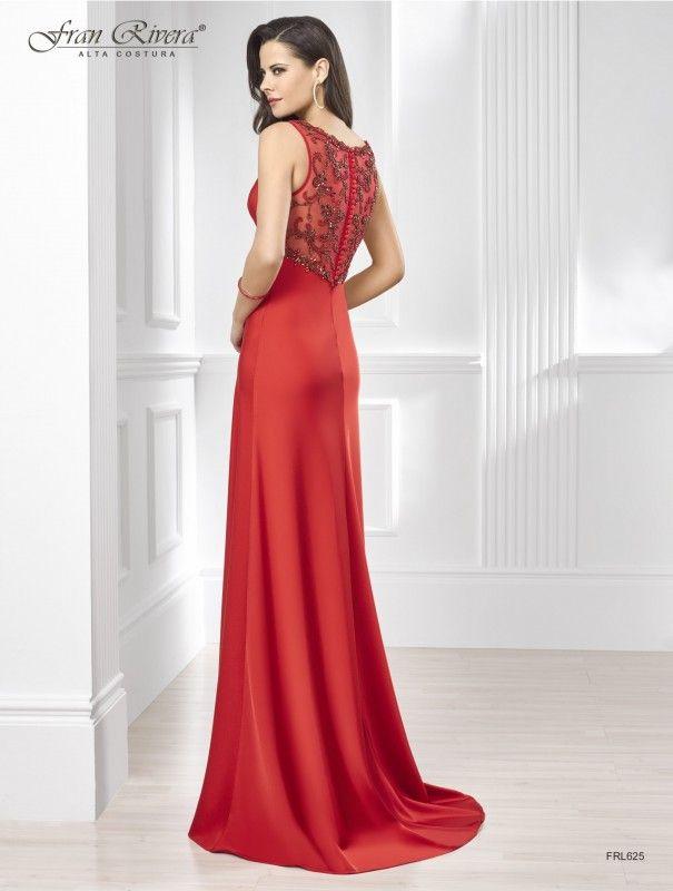 vestido largo rojo de fiesta en crespón, escote en pico, corte imperio, escote, fajín y tirantes en pedrería, escote en tul con pedrería en espalda