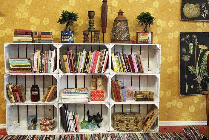 Kirjahylly vanhoista puulaatikoista - Talokoti