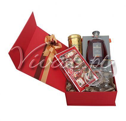 Koniak dla Konesera Hennessy Gift box by Vivat http://www.vivat.pl/523,koniak-dla-konesera.html * Koniak Hennessy Fine de Cognac 0,7 w eleganckiej butelce typu karafka - koniak leżakujący od 4 do 10 lat, o bursztynowej barwie, z aromatem świeżych owoców cytrusowych, przechodzących w smaku do grillowanych migdałów z nutami korzennymi * Kieliszki do koniaku - 2 sztuki * Bombonierka czekoladek pistacjowo-marcepanowych Reber 380 g * Kawa mielona Supremo Arabica w złotej puszce Malongo 250 g