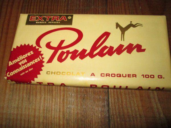La tablette de chocolat noir à croquer Poulain accompagnée d'une image à collectionner