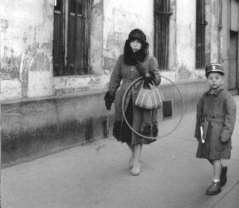 Robert Doisneau, Les beaux jeudis, 1957 © Atelier Robert Doisneau tag: kid mother son