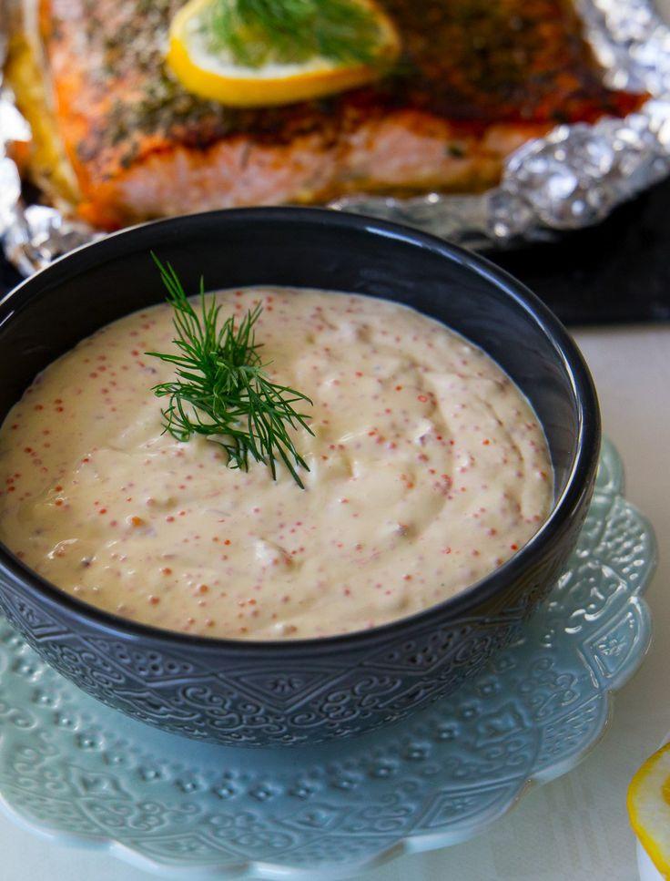 Denna tonfiskröra är verkligen supergod! En gammal favorit på bloggen som jag har uppdaterat. Den förtjänar att få stå i rampljuset igen. Har du inte testat den så rekommenderar jag att du gör det  Lika god i baguett, bakad potatis, på avokado, fyllning i smörgåstårta, till pastasalladen eller varför inte på en frasig våffla. Funkar utmärkt att förberedas i god tid innan servering. 1 mellanstor skål tonfiskröra 0,5 rödlök 2 selleristjälkar 2 burkar tonfisk i vatten 1 dl majonäs 2 dl…