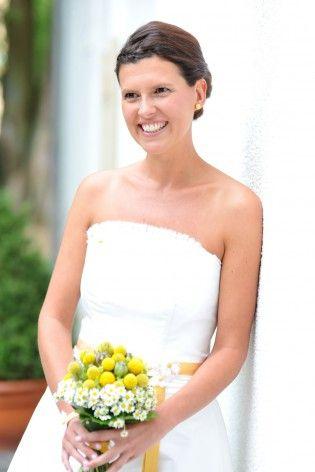 kurzes Brautkleid mit Korsage und gelbem Blumenstrauß mit Trommelstöckchen (www.noni-mode.de - Foto: Nicole Bouillon)