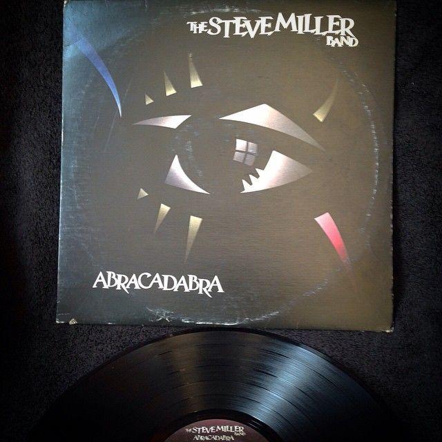 The Steve Miller Band - Abracadabra1982, CANADA, Capitol ST-512216Duodécimo álbum de estudio de la Steve Miller Band, lanzado en junio de 1982 por Capitol Records en Norteamérica y Mercury Records en Europa.Edición Original de 1982, prensado en Canadá, Insertos originales y excelente sonido.