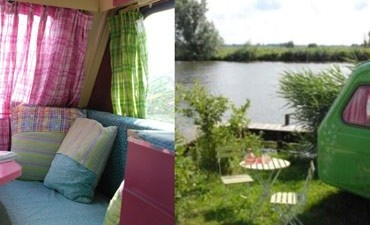 Overnachten op een knus eiland in een fleurige caravan.