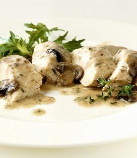 Découpez les blancs de poulet en languettes.  Éliminez les pieds des champignons, essuyez soigneusement les chapeaux, découpez-les en tranches minces.  Pelez l'échalote et émincez-la très finement.  Rincez l'estragon, essorez-le puis ciselez-le.  Dans une sauteuse faites chauffer le mélange de beurre et d'huile, faites dorer les languettes de poulet sur toutes leurs faces puis ajoutez les champignons et les échalotes. Mélangez, salez et poivrez.  Ajoutez le Mascarpone, mélangez, couvrez et…