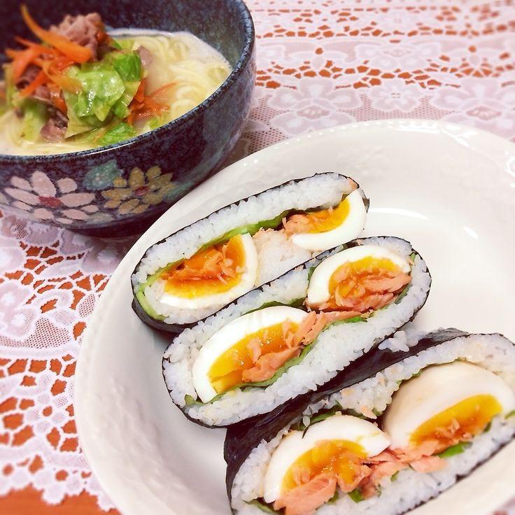 Salmon And Egg Sushi 長崎ちゃんぽんを早く食べなくちゃいけなくて、今日はおにぎらずです。  鮭と煮卵のおにぎらず 材料 鮭 ゆで卵 レタス  作り方 鮭は焼いて皮と骨をとり、ほぐす。  ゆで卵は保存袋につゆの素を少しひたる位につける。 1〜2時間以上つける。  斜めにラップを敷いて、その上にのりをのせる。 塩をふる。 ご飯を半量、中央にのせる。 レタス、鮭、縦半分に切った煮卵、ご飯をかぶせる。 のりの上下の角が中心にくるように包む。 ラップごと包み、少し押さえる。 左右の角も同様に、押さえながら包む。  のりがご飯になじむようにラップに包んで少し置いておく。