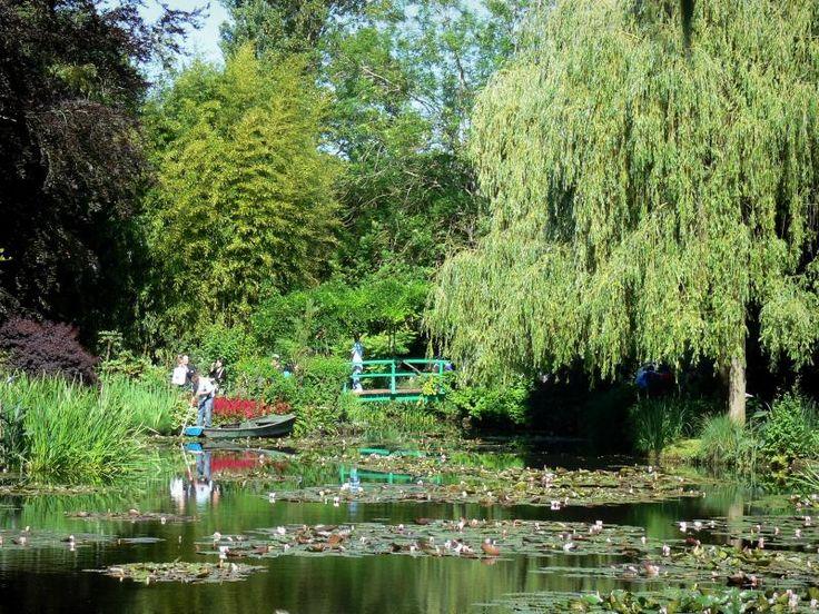Huis en tuinen van Claude Monet: Monet's tuin in Giverny: Water Garden: Vijver lelie (lelie vijver) bezaaid met waterlelies, riet, planten, bomen en Japanse brug - France-Voyage.com