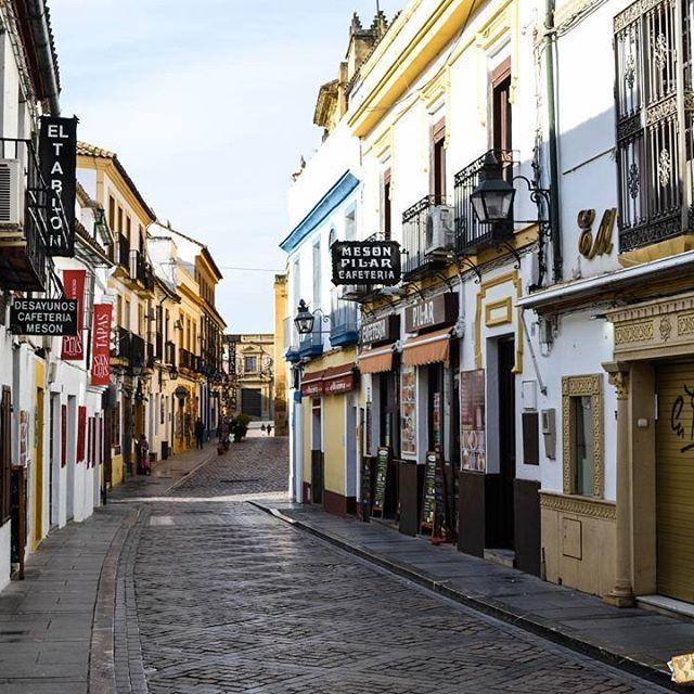 Quería conocer Córdoba desde 2009, cuando empecé a escribir sobre lugares turísticos de España - sentada en un escritorio de Buenos Aires - y el nombre de esta ciudad se repetía una y otra vez. Mi visita al país en 2011 fue fugaz y no tuve el tiempo que quería para dedicarle a todos los lugares que me moría por ver, pero la vida da revanchas y acá estoy, en este lugar que es todavía más hermoso de lo que me imaginaba. Sus calles de adoquín arman un rompecabezas espectacular en el que es…