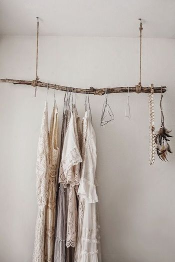 天井にフックを取り付けて、流木を吊るすとナチュラルでおしゃれなハンガー掛けに。シャビーシックなインテリアにもぴったりです。