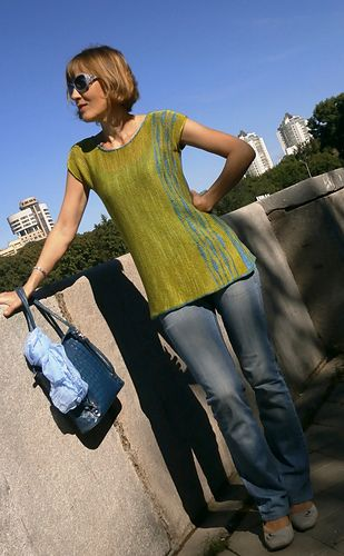 This two-color T-shirt, finished size 60 x 60 cm, is worked sideways. The pattern is both charted and written out and contains a schematic. Thanks to the shape of the neckline, front and back are interchangeable, and the shirt can be worn either way.
