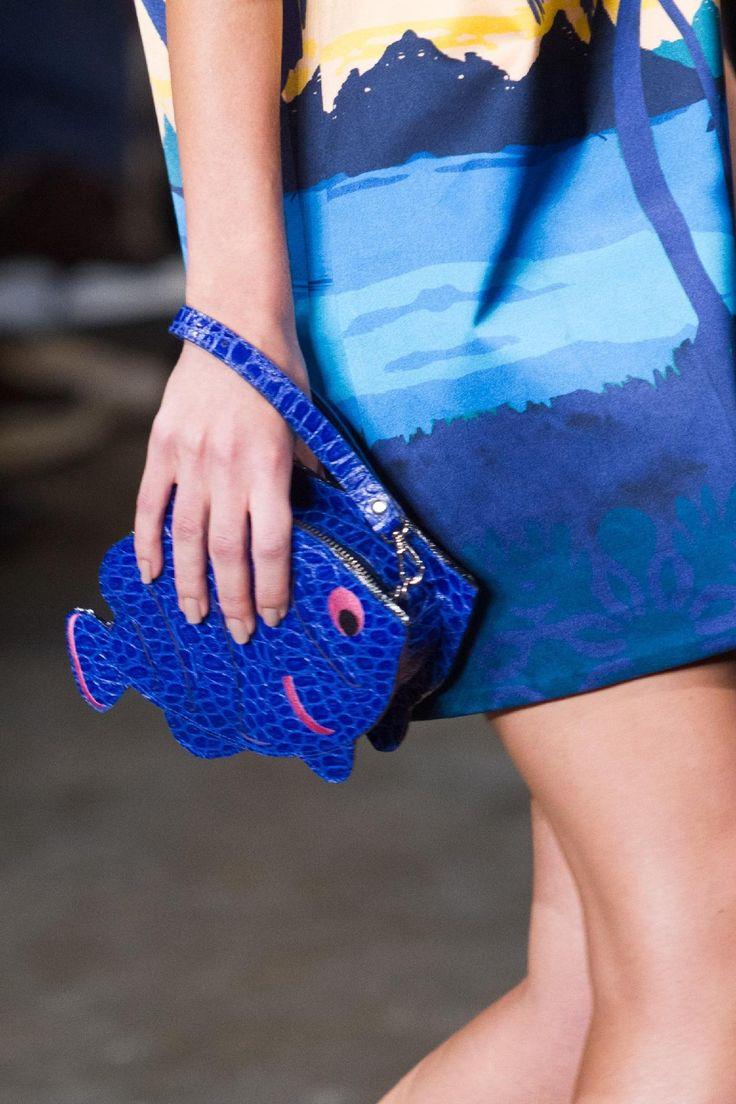 A bolsa azul com desenho de peixe.  Marca: A. Brande  #uol #abrand imagem: Alexandre Schneider/UOL