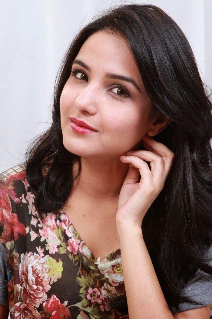 Latest Jasmin Bhasin Spicy Cute Stills in Ladies and Gentleman